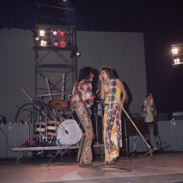 1974:  On the left, Ron Wood of 'The Faces' on stage with Rod Stewart.  (Photo by Hulton Archive/Getty Images)