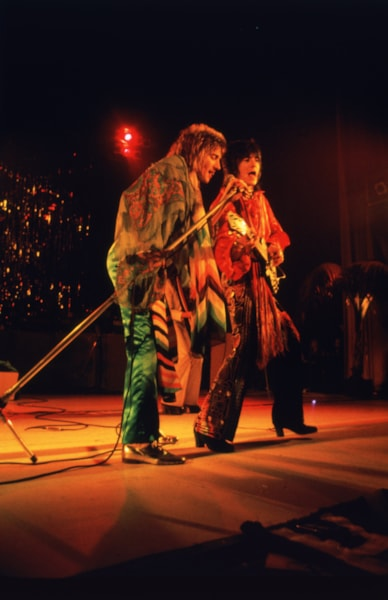 British rock stars Ron Wood (left) and Rod Stewart on stage during a concert by The Faces, 1974. (Photo by Keystone/Hulton Archive/Getty Images)