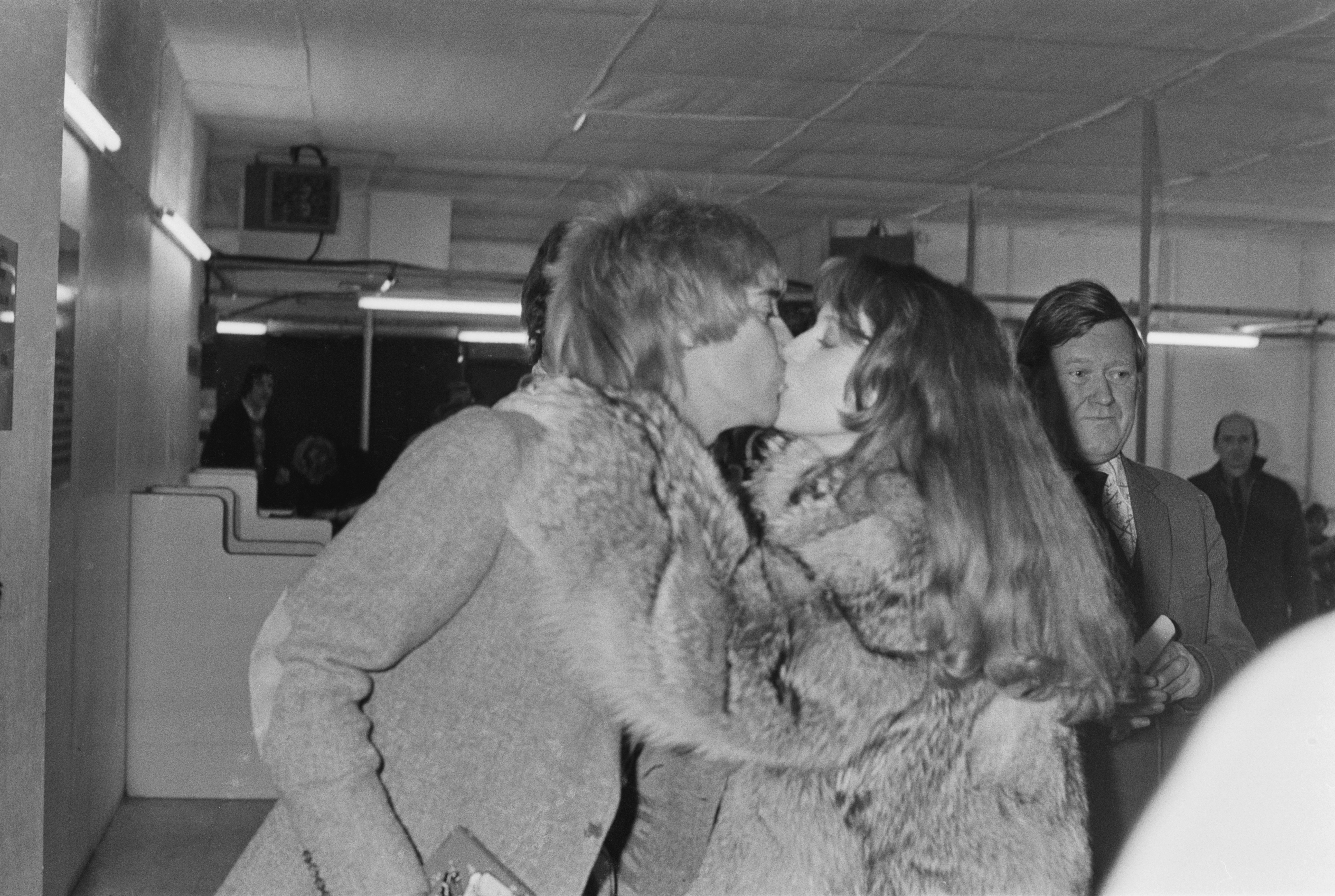 British singer and songwriter Rod Stewart kisses his girlfriend, American singer and fashion model Bebe Buell, UK, 11th January 1978. (Photo by Evening Standard/Hulton Archive/Getty Images)